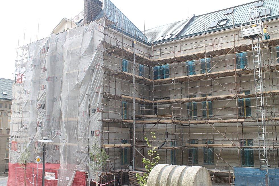 U brodského gymnázia probíhají stavební práce.