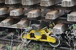 V pondělí před devátou hodinou dopoledne vykolejil mezi Vlkančí a Golčovým Jeníkovem vlak, který na starých vojenských podvalnících táhl náklad vyřazených kolejí.