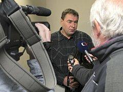 Ladislava Horkého měla ve čtvrtek přivést k soudu policie. Proto na něj čekala Česká televize a ostatní média. Horký nakonec přišel k soudu dobrovolně, bez policejní eskorty.