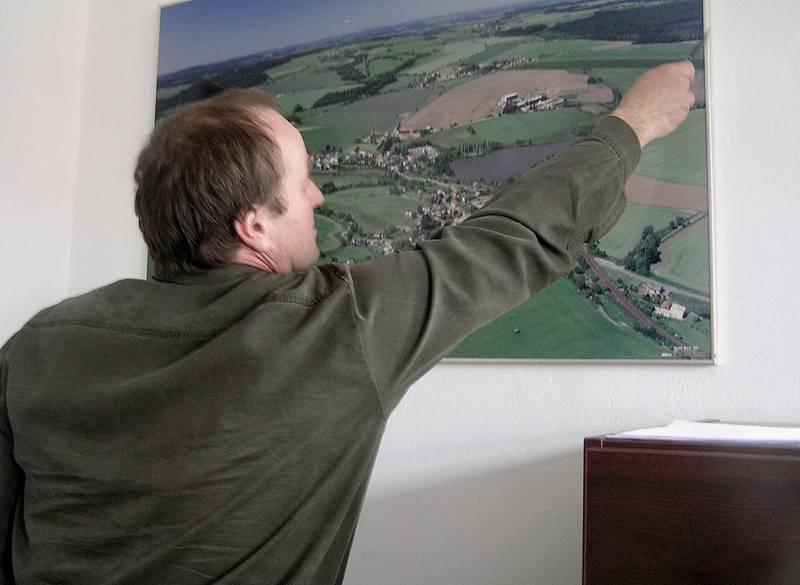 Tudy povede trať, ukazuje na mapě starosta Karel Krajíček.