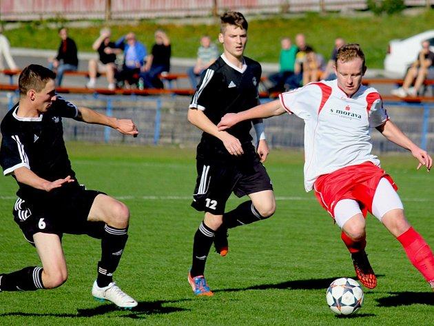 Fotbalisté brodského Slovanu (v černém) v neděli nestačili na rozjeté Rosice, prohráli s nimi 2:0.