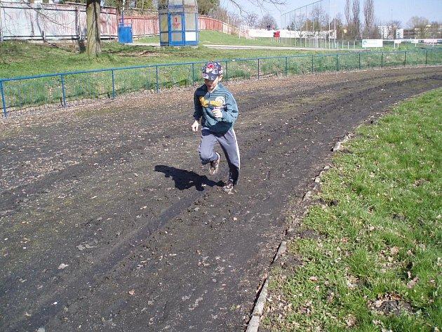 Běžecká dráha na stadionu TJ Jiskra v Havlíčkově Brodě je ve špatném stavu. Atletům hrozí při tréninku zranění, navíc není možnost pořádat na ní žádné závody.