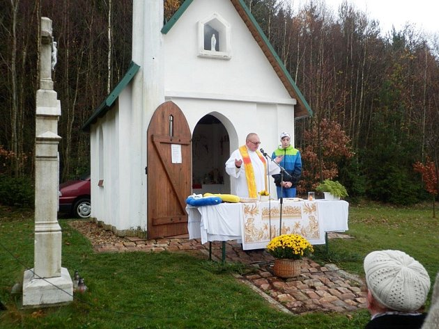 Mši svatou u kapličky Ke cti Panny Marie celebroval Josef Hroznata Adamec.