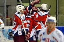 Přestože se havlíčkobrodští hokejisté (v červeném) v polovině zápasu radovali ze zlikvidování dvougólového náskoku Mostu, do Kotliny si nepřivezli ani bod, protože na další trhák domácích už odpovědět nedokázali.
