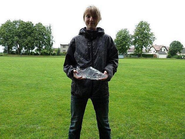 Skleněnou kopačku s věnováním dostala Michaela Karafiátová od leštinského výboru za dobrou fotbalovou reprezentaci.