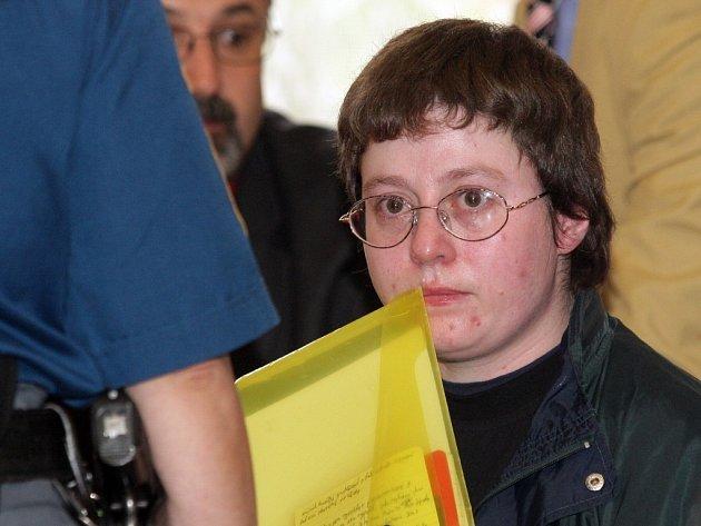 Barbora Škrlová byla do věznice ve Světlé nad Sázavou převezena autobusem dálkové eskorty minulý týden ve čtvrtek.  Pětatřicetiletá Barbora alias třináctiletá Anička byla odsouzena k pětiletému pobytu za mřížemi s ostrahou.