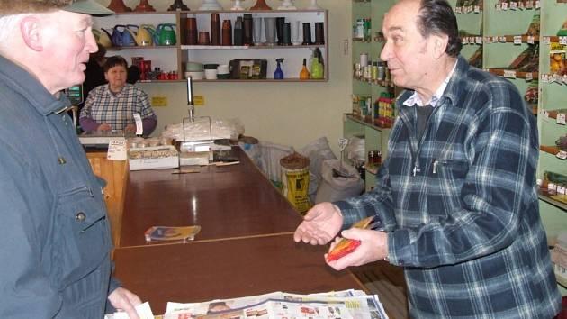 Zákazníci z prodejny, kde Jan Škoch dělá vedoucího, odcházejí s podrobnými radami, jak se o zakoupená semena a rostliny starat. Pro informace za ním ale přicházejí také lidé, kteří se zajímají o vývoj počasí. Škoch teploty i srážky dlouhodobě sleduje.
