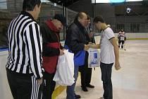 Součástí oslav bylo i utkání na ledě.