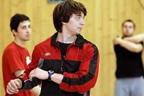 Nasazení v tréninku i v  zápase. Tak vidí cestu k úspěchu mladičký hokejista brodských Rebelů Hynek Zohorna. Na snímku při rozcvičce v tělocvičně.