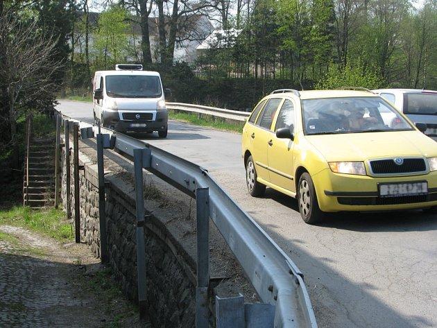 Silnice vedoucí po hrázi  rybníka v Dolní Krupé je velmi úzká. Doprava tam ohrožuje především chodce      a cyklisty. Projektant navrhuje hráz rozšířit o dva metry směrem vpravo a tímto místem vést nový chodník.