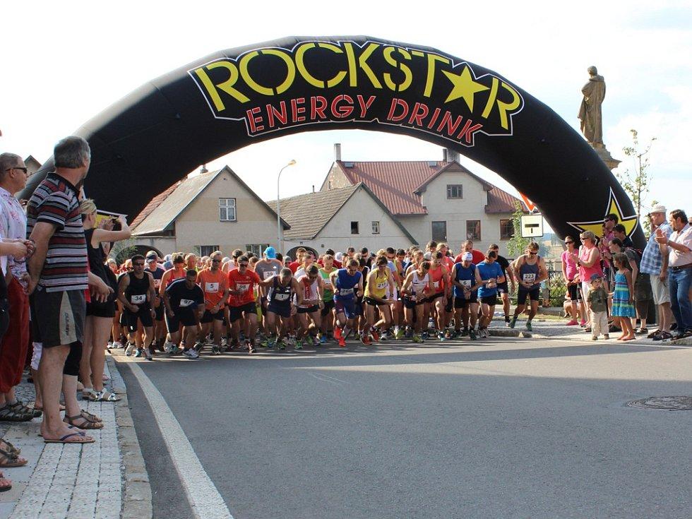 Necelé tři stovky běžců se postavily na start čtvrtého ročníku Borovské desítky.