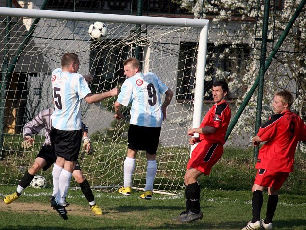 K záchraně se blíží fotbalisté Lučice (ve světlém) po výhře nad Tisem 2:1. Trenér Pecha si pochvaloval přístup hráčů.