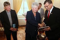 Knihu Milana Šustra (vlevo) pokřtili starosta Ledče Petr Vaněk a krajská radní Marie Kružíková.