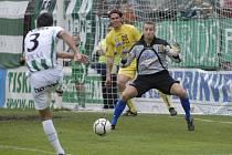 Tuto situaci ještě jihlavský brankář Petr Tulis (vpravo) za pomoci obránce Ondřeje Šourka úspěšně vyřešil, ale nakonec přeci jenom kapituloval a FC Vysočina se vracela s prázdnou.