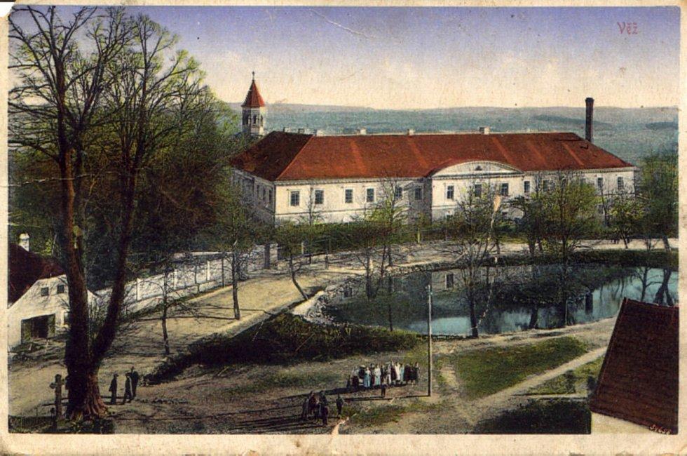 Domov ve Věži je dominantou obce. Sídlí v bývalém zámku. Mezi Domovem a obcí panují přátelské vztahy.