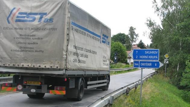 Řidiči nákladních vozů, kteří zákaz vjezdu vozidel nad 3,5 tuny v Havlíčkově Brodě ve směru na Chotěboř poruší, poté musejí v Dolní Krupé projíždět ostrými zatáčkami a přes úzký mostek s hrází. Tam ale mohou mít potíže při míjení se i s osobními auty.