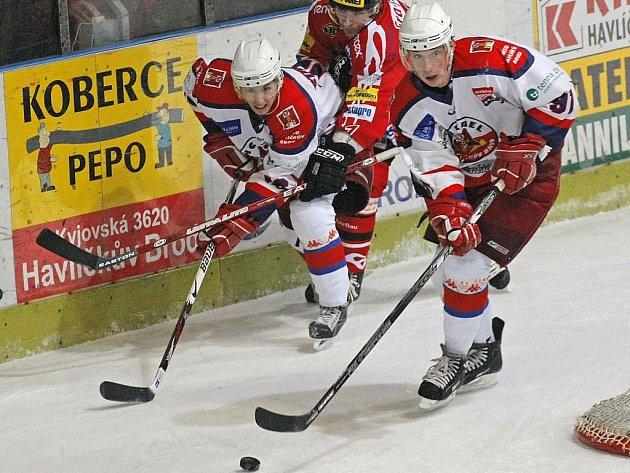 Brodský útočník Martin Ondráček (vpravo) se proti Chrudimi hned dvkrát radoval ze vstřelení gólů. V sobotním duelu se do střeleckých statistik zapsal jako první i poslední.