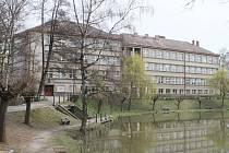 Lokalit, vytipovaných k výstavbě nové základní školy, bylo ve třicátých letech minulého století v tehdejším Německém Brodě hned několik. Nakonec bylo rozhodnuto budovu postavit vparku u rybníka Obora.