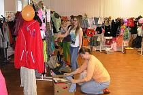 Dobročinný bazar pro Adélku je návštěvníkům ve Zvonečku přístupný do pátku.