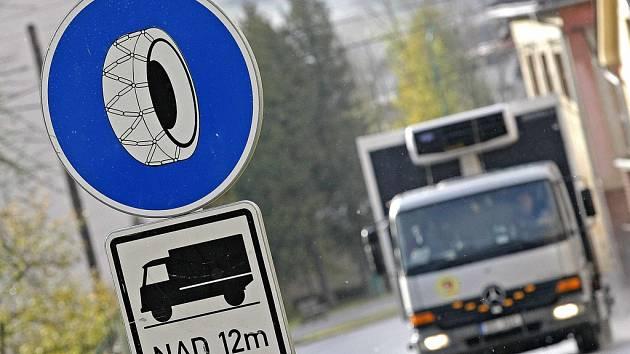 Pokud budou řidiči kamionů chtít projet některými úseky silnic, budou muset nasadit řetězy. Archivní foto: