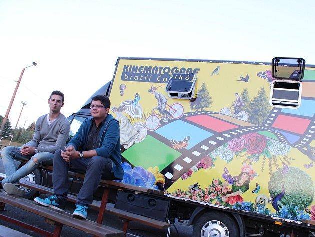 Dva studenti, Tomáš Dočekal (vlevo) a Jakub Svoboda už dva měsíce objíždějí s jedním z vozů, patřícím Kinematografu bratří Čadíků, města a obce.