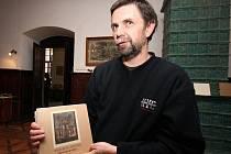 David Bartoň na zámku rodu Dobrzanských v Chotěboři ukazuje publikace o světoznámých umělcích z Petrkova, Bohuslavu Reynkovi a jeho synu Danielovi, které už pomohl vydat.