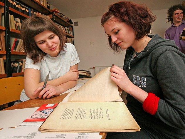 """""""Některé knihy jsou zasažené komunistickou cenzurou, vyškrtávány byly zejména pasáže erotického charakteru, které asi budovatelská mládež neměla vidět,"""" uvažuje Aleš Říman, pod jehož vedením studenti v knihovně pracují."""