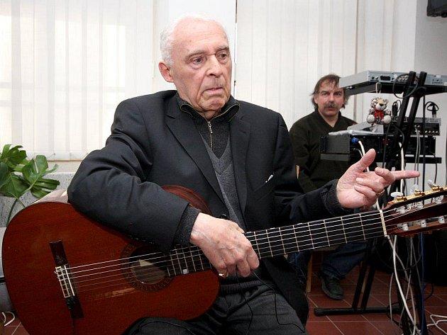Profesor Pražské konzervatoře Jiří Jirmal zahrál své nové skladby v Galerii výtvarného umění v Brodě.