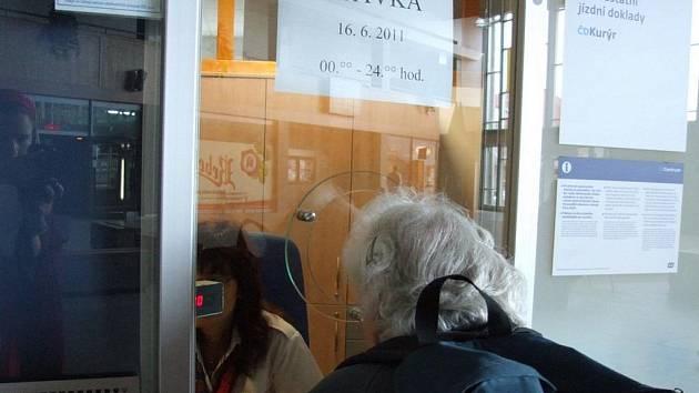 Úplný klid na havlíčkobrodském nádraží během včerejší stávky nebyl. Někteří lidé si sem k okénku přišli alespoň pro radu. Ptali se hlavně na autobusové spojení.