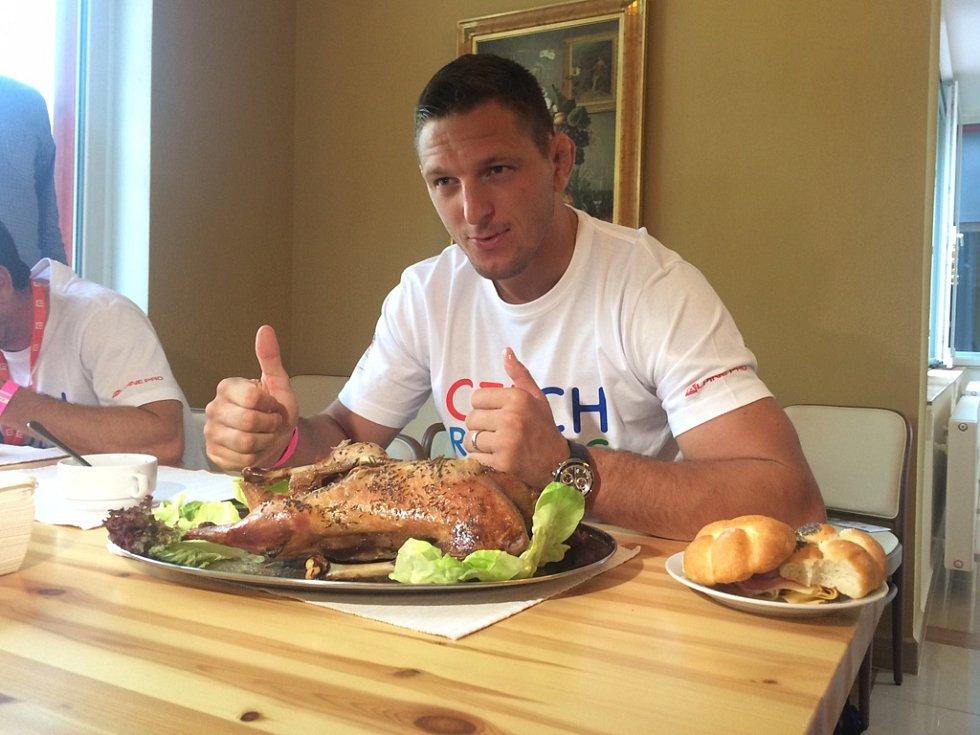 Olympijský vítěz v judu Lukáš Krpálek posnídal v úterý u Lipna pečenou kachnu. Dostal ji, aby se mu co nejdříve a hlavně úspěšně podařil přesun do vyšší váhové kategorie.