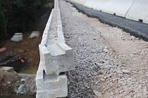 Místním lidem připadá nový most méně masivní. Klenba toho starého byla postavena z mohutných žulových kvádrů.