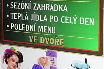 """Chybné nápisy bohužel nejsou úplnou výjimkou ani na Třebíčsku. """"To, že některé firmy mají v nadpisech chyby, je výpověď o nich samých, o jejich hlouposti nebo také o ztrátě respektu k české kultuře,"""" říká Markéta Pravdová z Ústavu pro jazyk český AV ČR."""