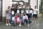 Od jara se kvůli koronaviru pohromadě neviděli studenti třetího ročníku Obchodní akademie a hotelové školy v Havlíčkově Brodě. Až v pátek 26. června si převzali vysvědčení v kavárně Vysočina.