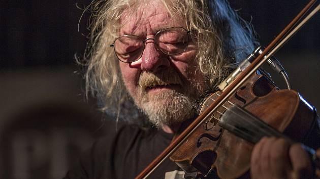 Houslista Jan Hrubý odehrál skvělý koncert. Tančírnou Panského domu zněly melodie okořeněné Irskem i Balkánem.
