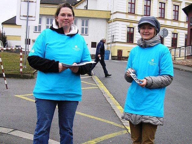 Měsíc čtení zahájily knihovnice v pondělí rozdáváním letáků v ulicích.