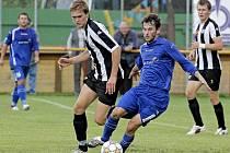 Vždy, když ve středu ždírecké zálohy nastoupil Roman Mareš(v tmavém), úroveň její hry stoupla. Futsalové povinnosti mu ale nedovolily nastupovat v průběhu celého podzimu.