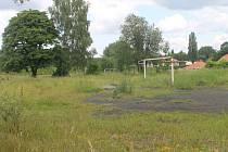 Umělý trávník o rozloze 69 krát 111 metrů bude během podzimu vybudován v těchto místech na chotěbořském fotbalovém stadionu a bude sloužit i školám.
