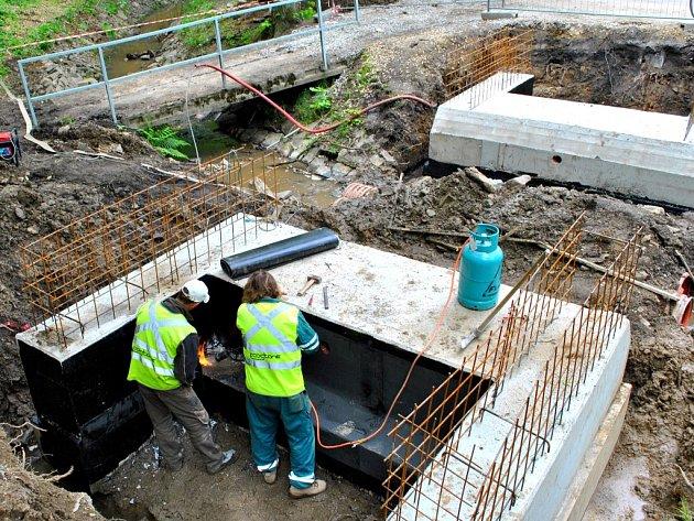 Na snímku jsou dokončené základy a jejich izolace proti vlhkosti i pro nový můstek, který překlene Cihlářský potok nedaleko krytého plaveckého bazénu.