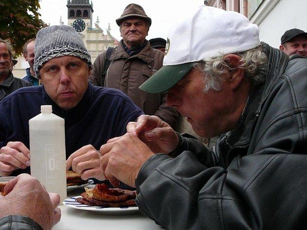Někteří soutěžící v časovém limitu v průměru 5,5 bramboráku nedokázali sníst.