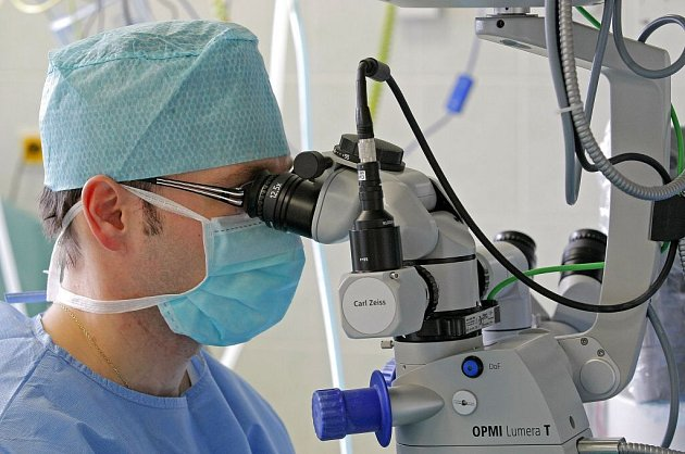 Operačním sálem se line příjemná polohlasná hudba. Operující primář Peter Mojžiš  udílí pokyny pacientovi, který přišel do havlíčkobrodské nemocnice aby  se zbavil šedého zákalu.