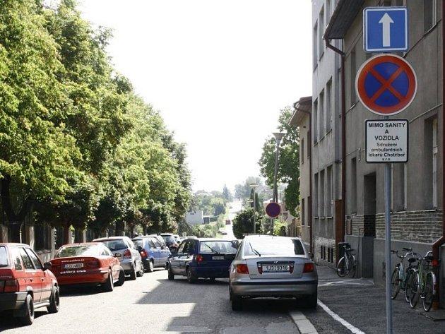 Spousta jednosměrek v Chotěboři způsobuje občas problémy. Radnice se k tomuto řešení uchýlila hlavně proto, že většina řidičů odstavuje svá vozidla na ulici a ne v garáži. Vypadá to však tak, že parkování z ulic jen tak lehce nezmizí.