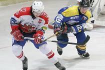 Vedoucí tým nestačil. Havlíčkobrodští hokejoví junioři (v bílém) utnuli neporazitelnost Šumperku, když ho v Kotlině porazili 3:2.