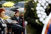 Veteráni se vší parádou. Pozvánky na slavnostní ceremonie a blahopřání k jubileím, to není to jediné, co veteránům druhé světové války z jejich statutu plyne. Armáda jim chce také účinně pomáhat, aby v důchodu nestrádali.