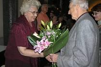 Záplava květin. K tomu dárky a blahopřání čekaly na jednu z významných osobností přibyslavského ochotnického divadla Evu Bechyňovou. Přát jí přišli herečtí kolegové i zástupci Volného sdružení východočeských divadel.