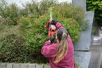Odsouzené ženy absolvovaly rekvalifikační kurz údržby zeleně.