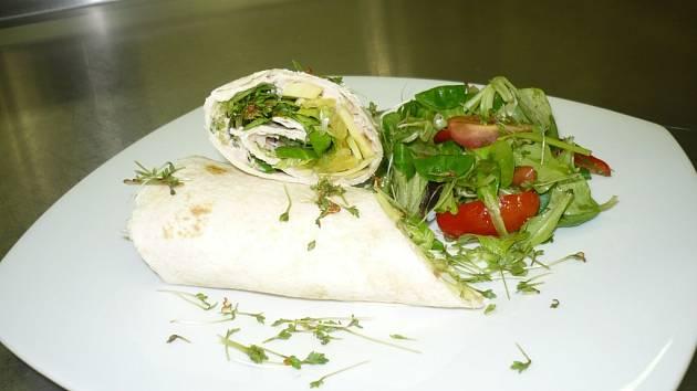 Ondřej připravil tortillu Rio Mare s avokádem a pomerančem, doplněnou salátem z polníčku a rukoly.