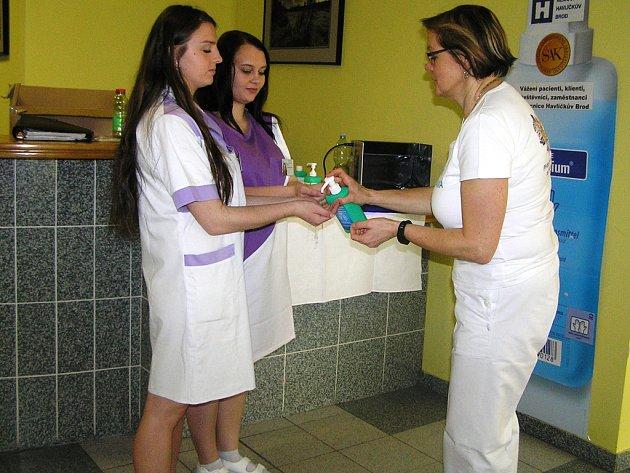 Jak si správně mýt ruce, předvedla budoucí zdravotní sestra Hana Křípalová (vlevo).