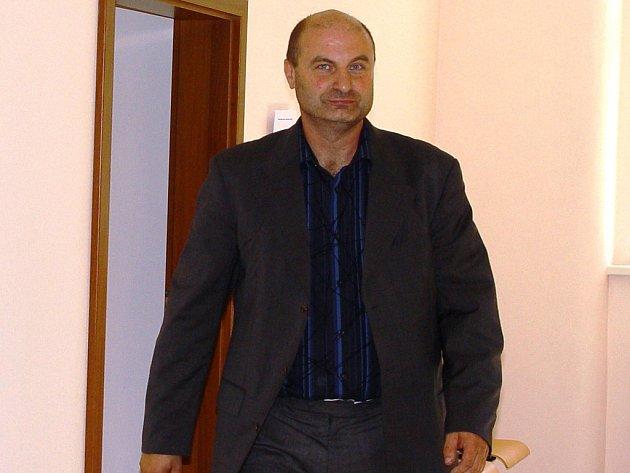 Osmačtyřicetiletý taneční instruktor Petr Paul z Jihlavy je obžalovaný ze statisícových pojistných podvodů s auty. V případu je však hned sedmnáct obžalovaných, včetně Paulovy manželky.