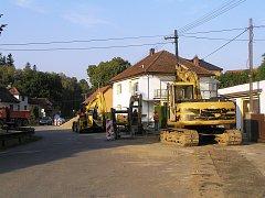 Velký pozor by si měli dát v těchto dnech řidiči při průjezdu obcí Dobrá u Přibyslavi a to ve všech směrech. V současné době se zde provádějí hned dvě stavby najednou.