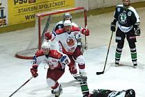 Miroslav Holec (vlevo) ve Vrchlabí zvýšil v oslabení náskok Rebelů na 3:1, domácí se už poté nezmohli na odpověď.